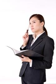 スーツを着た女性 ノートを持つ