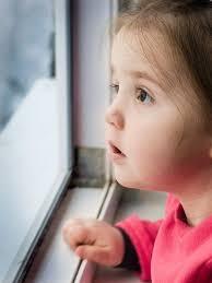 窓際の子供