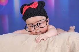 メガネをかけた赤ちゃん