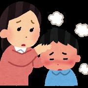 母親が子供の熱を見る