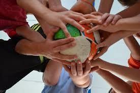 サッカーボールをみんなで持つ写真