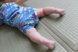 畳で寝る赤ちゃん