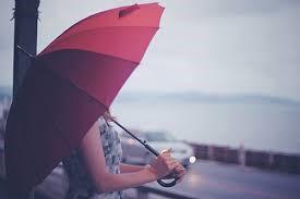 傘をさしている女性
